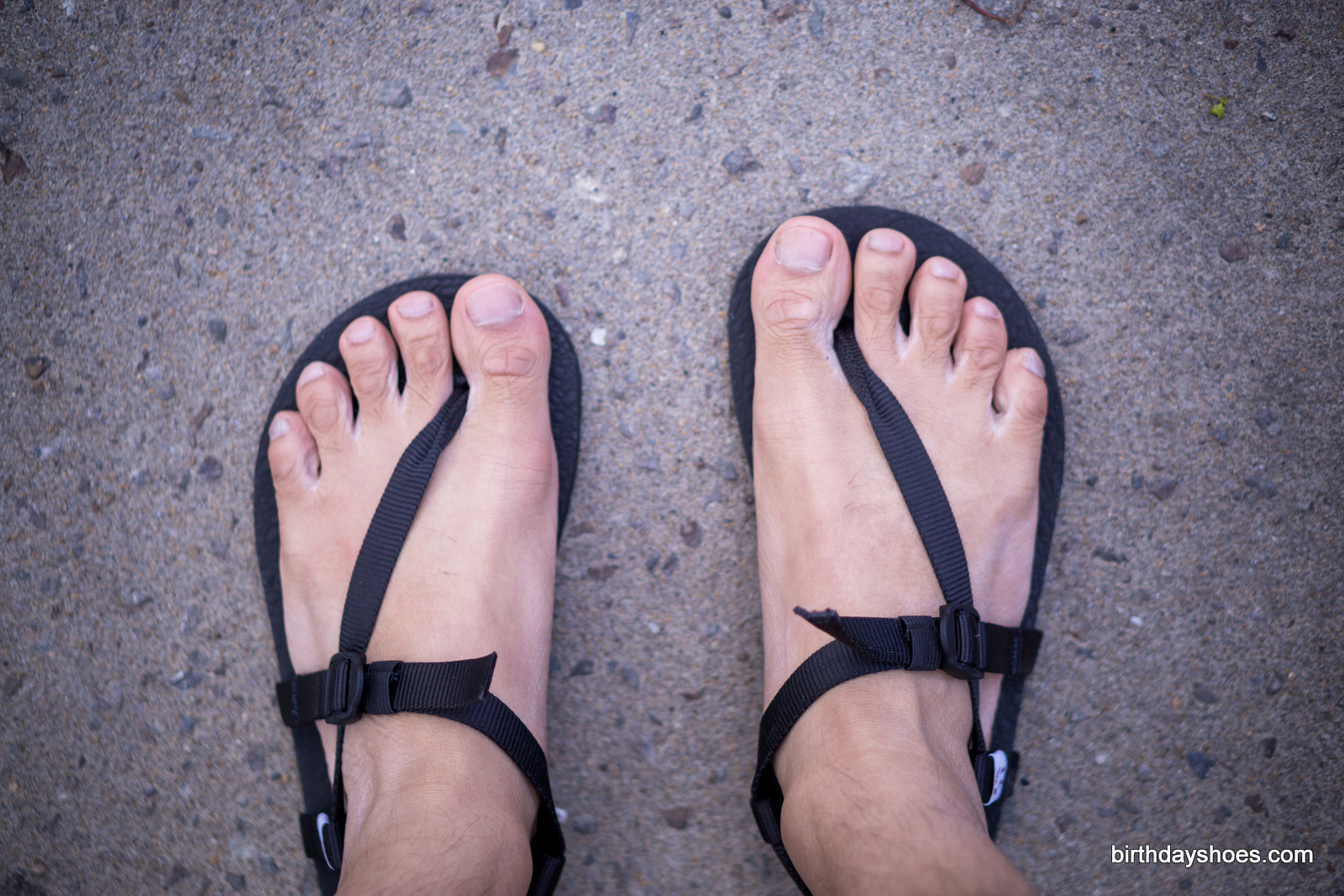 The single loop design creates a wide spread towards the sides of the foot