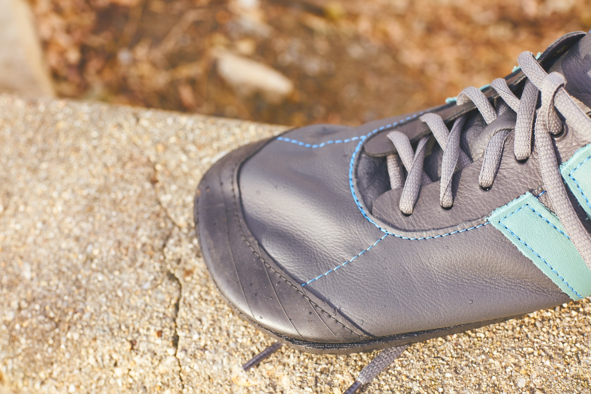 The upcycled bike tire toecap provides good protection, while maintaining flexibility